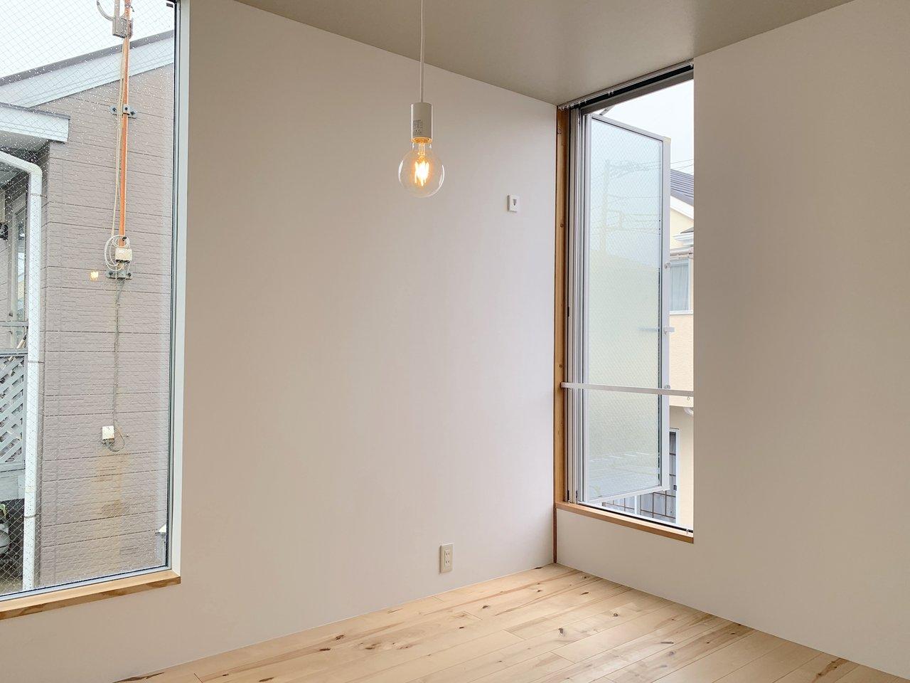 2階はリビング兼寝室。4.5畳と、少しコンパクトなので、荷物を極力なくしてシンプルに暮らすのが良さそう。