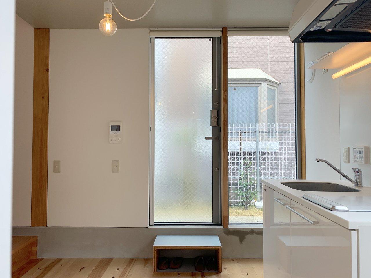 まずは1階。キッチンやバスルームなどの水回りはすべて集約されています。ダイニングテーブルを置いてここで食事をするイメージですね。