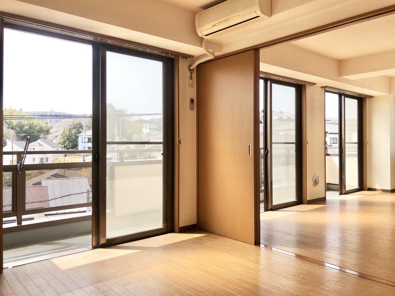 1つ目の個室はリビングと仕切り戸でつながっています。普段は開け放して広々リビングとして。ワークスペースなどにする場合は仕切る、など間取りはシーンに合わせて変えましょう。