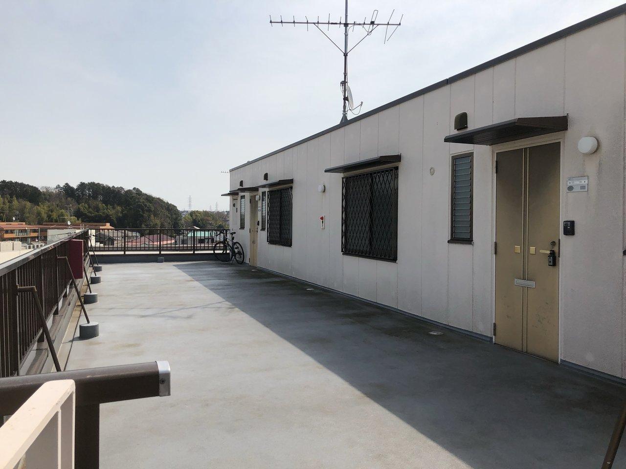 玄関前の共用部は屋上スペース。天気のいい日にはここで日向ぼっこもいいですね。