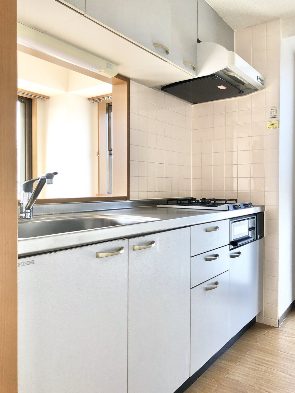 キッチンは対面式になっていて、窓からの景色を楽しみながら料理ができます。背面には冷蔵庫や収納棚などの大きな家電も置けるスペースがありましたよ。