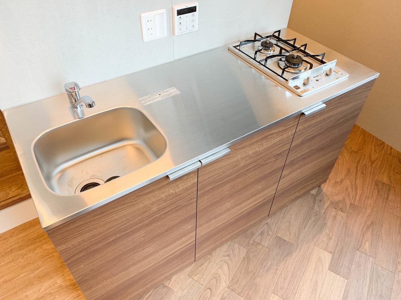 キッチンは作業スペースもしっかりあって、二口コンロ。調味料を並べて置いたらおしゃれになりそう。