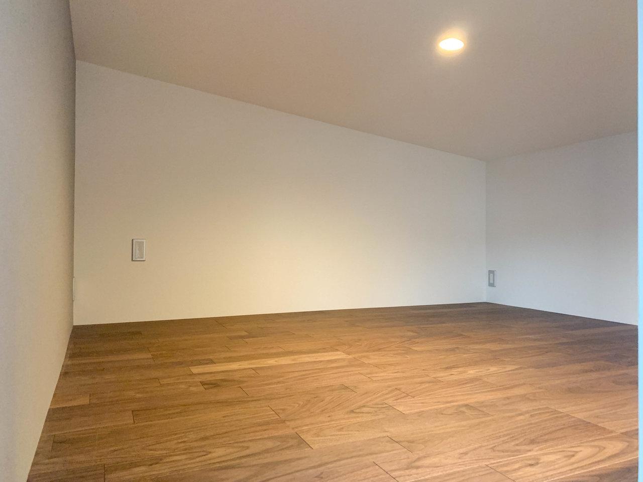 階段を上がるとロフトスペースに。寝室として使えそう。ロフト下にもちょっとしたスペースがありますよ。ロフト部分と比較して、居心地の良いほうを寝室に使うのもアリですね。