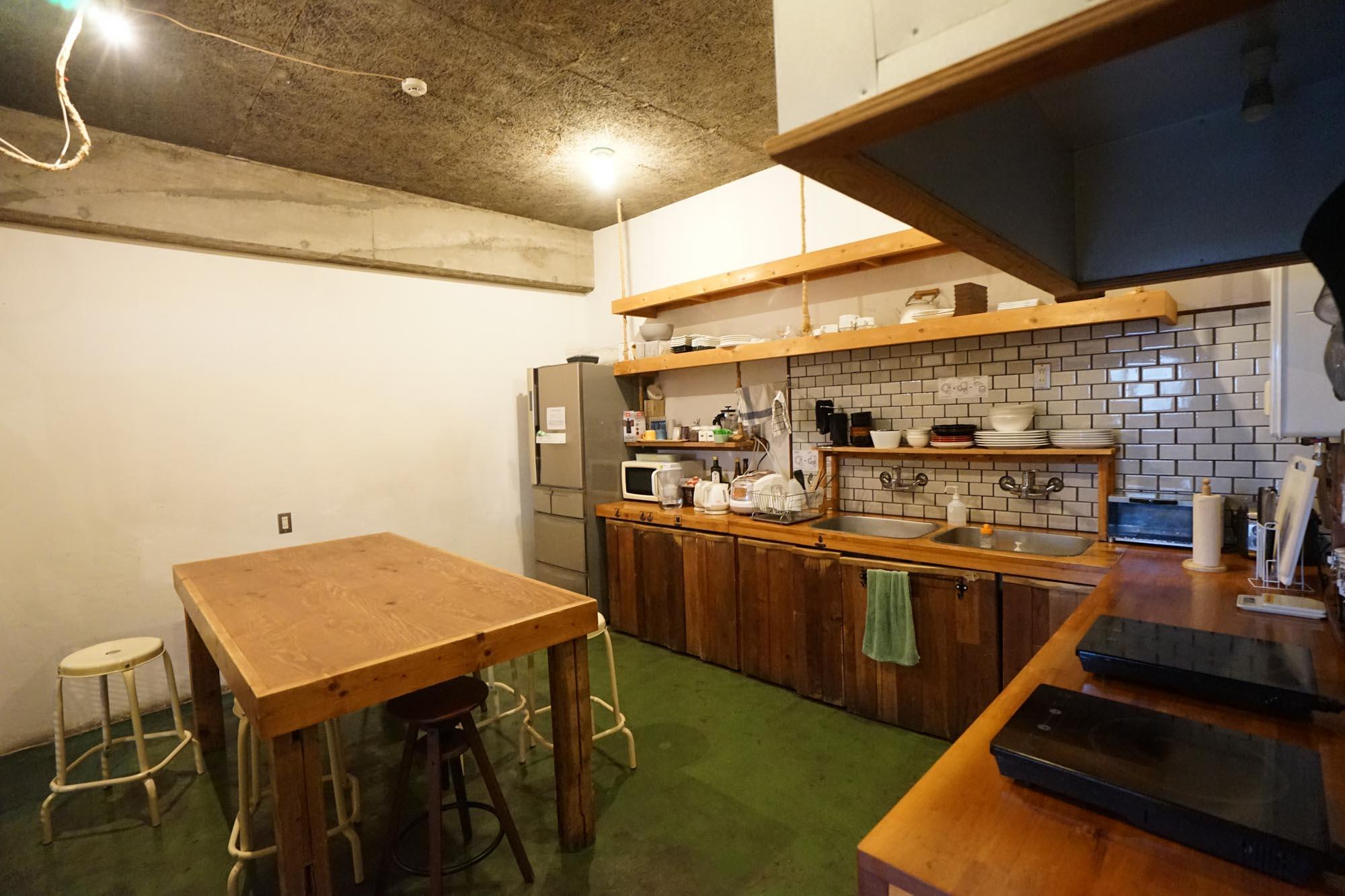 一人暮らしのキッチンよりも広いスペースが使える、宿泊者専用のキッチン。