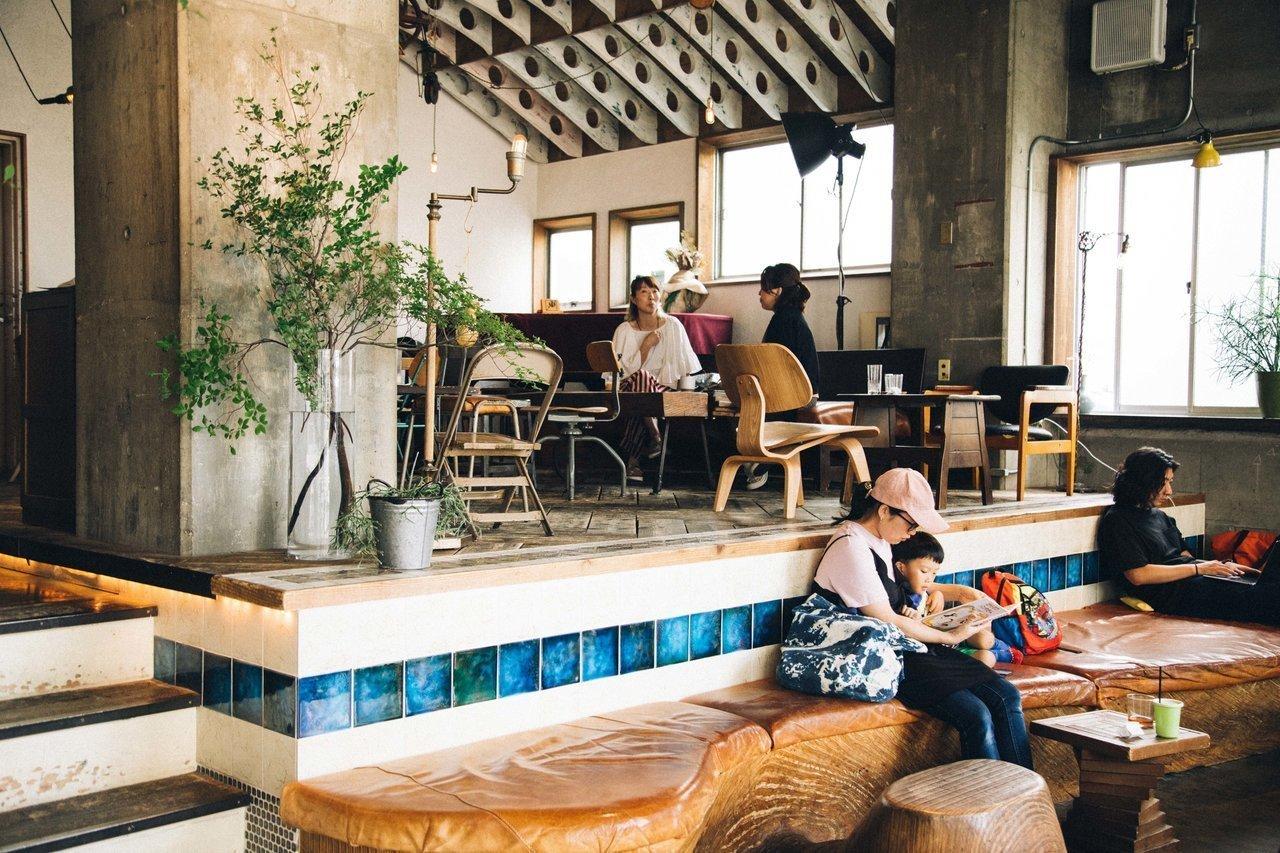 1階は朝から夜まで混みあう、人気のカフェ&バー。宿泊者同士で交流が生まれることも。