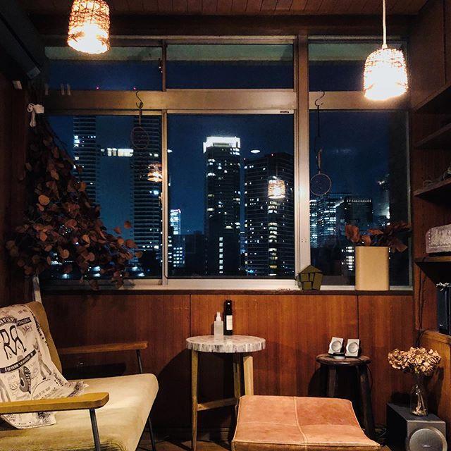 部屋からは夜景が見えるお部屋。ソファにゆっくり座って、サイドテーブルにドリンクを置いて。音楽をかけながら心豊かな時間を過ごしましょう。(このお部屋をもっと見る)