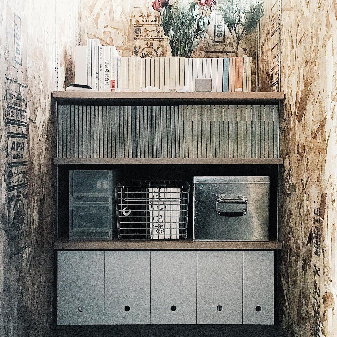 ごちゃごちゃしがちな本や雑誌は、背表紙を裏側にすることで綺麗に整って見せることができますよ。(このお部屋をもっと見る)