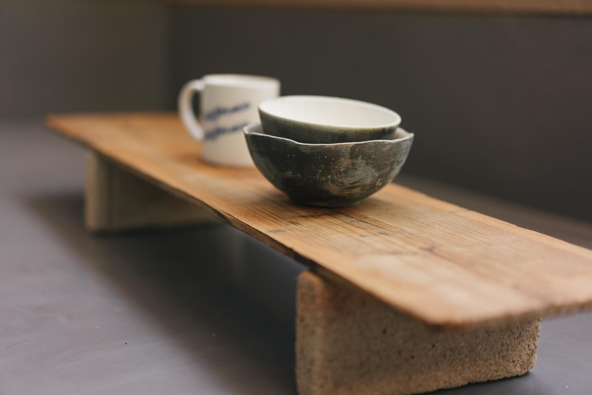 陶器市で見つけた器の乾燥用の木の板を、レンガに載せて。素敵な簡易テーブルの出来上がり。植物を育てる時にも使えそうなアイディアでした。(このお部屋をもっと見る)