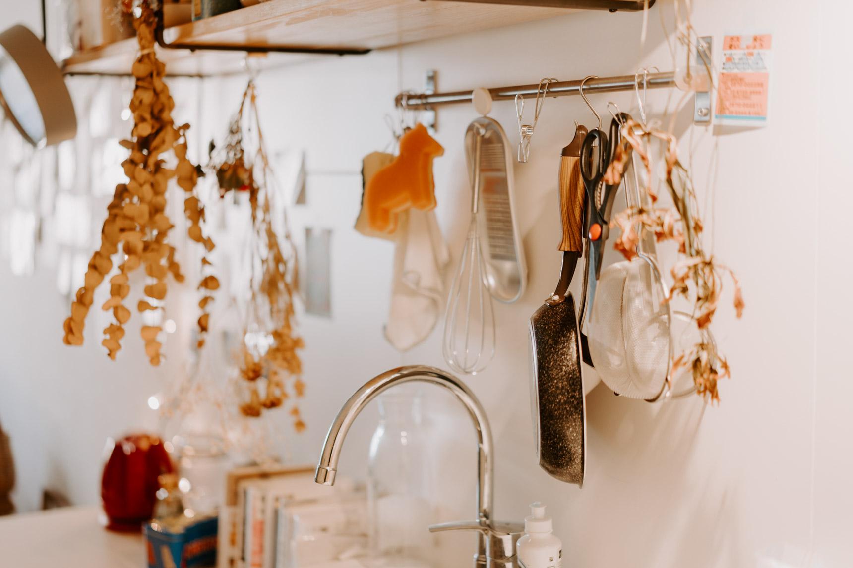 これを機に、キッチンを居心地の良いスペースに改良しても楽しいかも。狭いキッチンでは「吊るす」をうまく使うと、効率的かつおしゃれに収納が叶うみたい。(このお部屋をもっと見る)