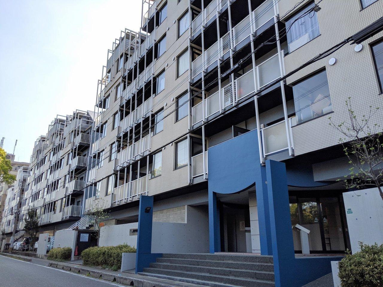 マリナ通り沿いに建つ、ひときわ目立つモダンな建物。気になってた方も多いのではないでしょうか。賃貸のお部屋があるということなので、堂々と内見します。