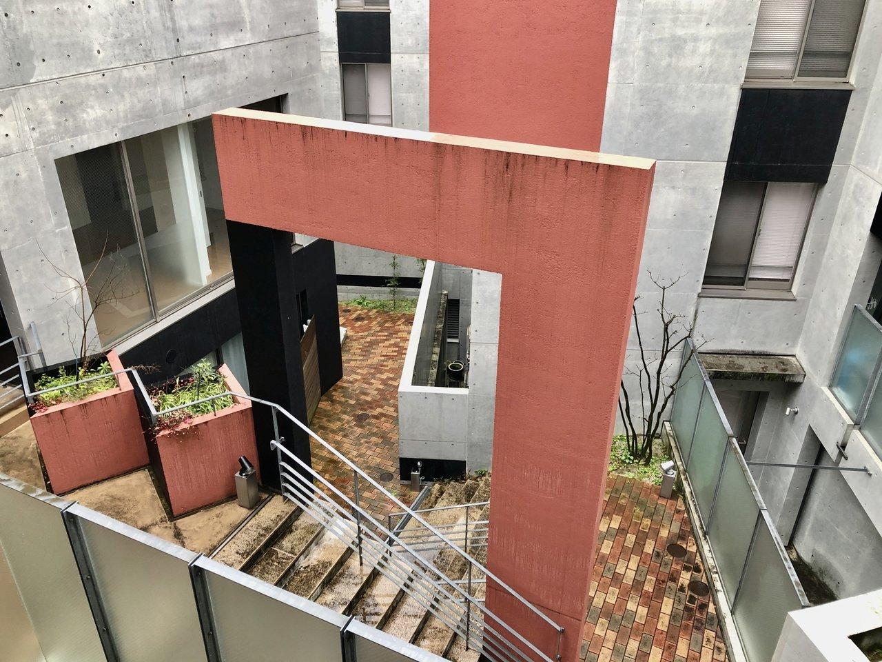 パズルのように入り組んだ中庭。人を呼んで自慢したくなる家です。