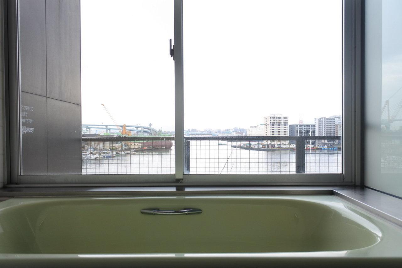 窓側にお風呂を配置。この眺めですもの、こうこなくっちゃ!という感じです。