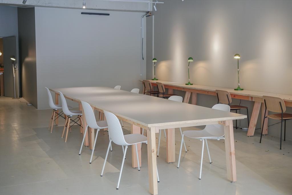 エントランスフロア内には、大きなテーブルと、個人スペース。天井が高く、開放感があります。