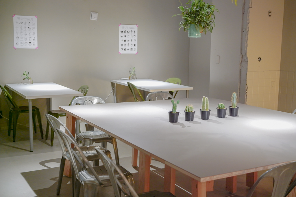 ラウンジスペースには、グリーンを吊るしたり、各テーブルに配置したりして、リラックスできる場になるよう、心がけたとのこと。ここでは飲食をしたり、ゆっくり談笑したり。そして気分転換に作業をしに来る人もいるそう。