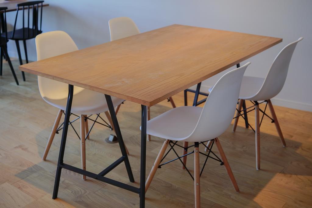 会議スペースには、イームズリプロダクトのチェアが。良いものに触れながら仕事ができるっていいですよね。