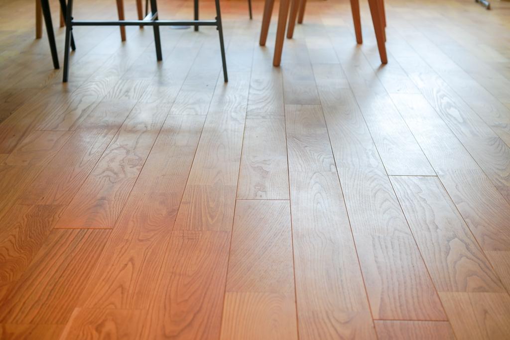 そしてもちろん床は、TOMOSでも使用されている無垢床。社員もスリッパを履かずに素足で過ごしている人も多かったのが印象的でした。