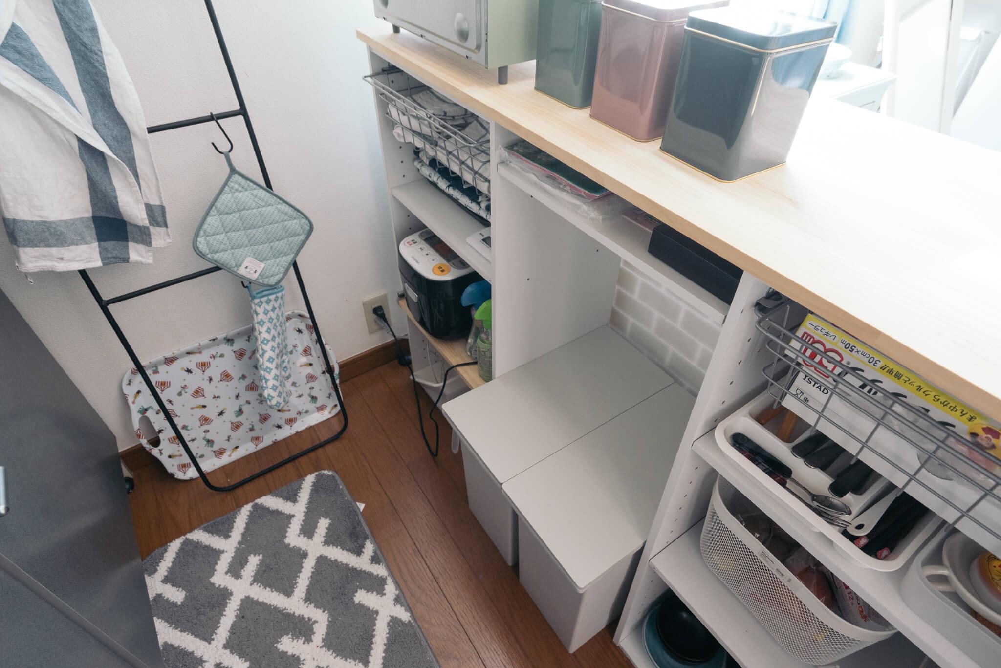内側に収納スペースのたっぷりある便利なキッチンカウンター。これは真似したくなるアイディアですね。