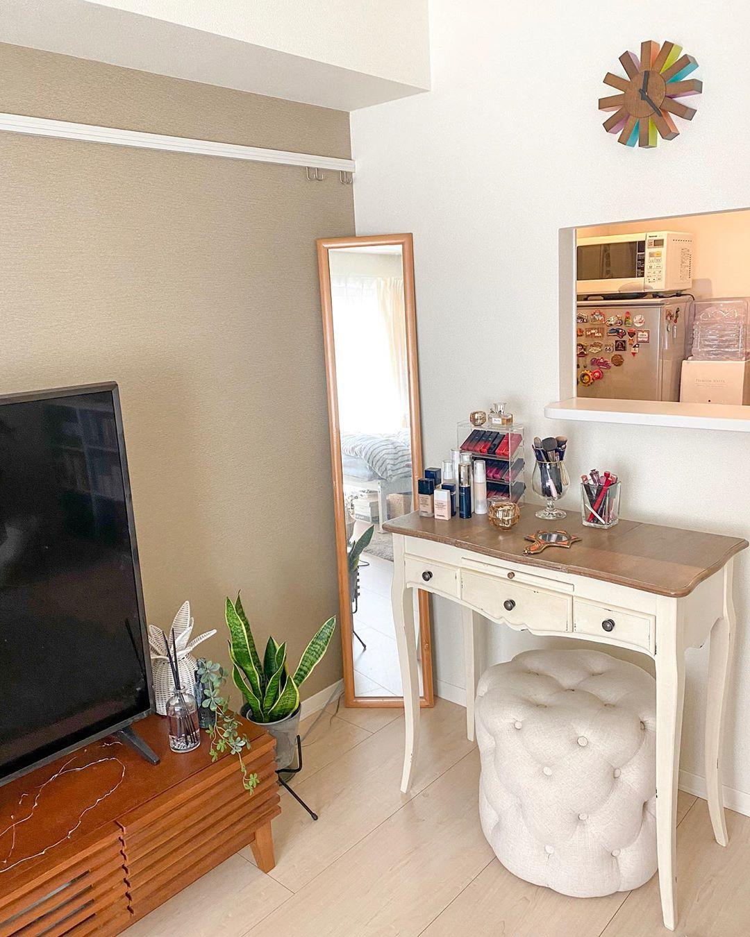 家具の配置は、生活動線を意識。外出前の身支度に必要なドレッサースペースは、洗面所や玄関からも近い部屋の入り口付近にまとめます。