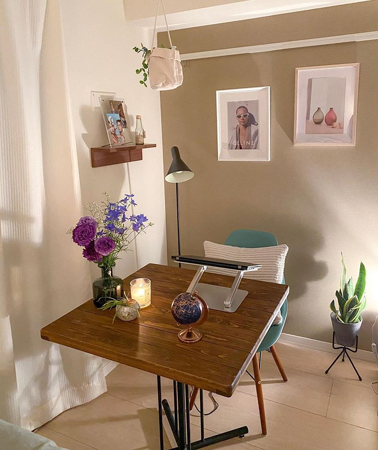 チェアに座ると、ソファの上に飾ったお気に入りのアートが見える場所。また、オンラインMTGの時の背景用に、背面の壁にも好きなポスターを飾っています。「窓から光が入った方が、顔色も良く見えるんですよ」