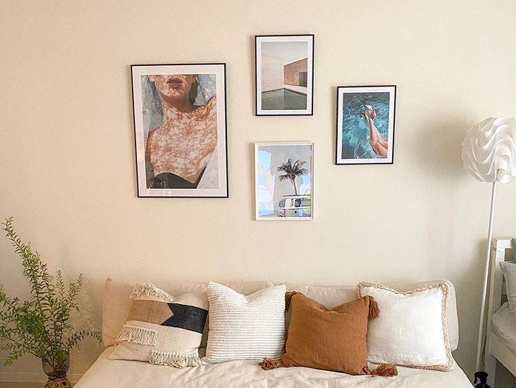 お部屋の中で一番気に入っているのは、ソファの上にギャラリーのようにアートを飾ったこのコーナー。人を呼んだ時にもゆったりと座れるようにと2シーターから3シーターへ買い換えたソファは、unicoのもの。アートは、ポスターショップのDESENIO(https://www.instagram.com/desenio/?hl=ja)で購入。