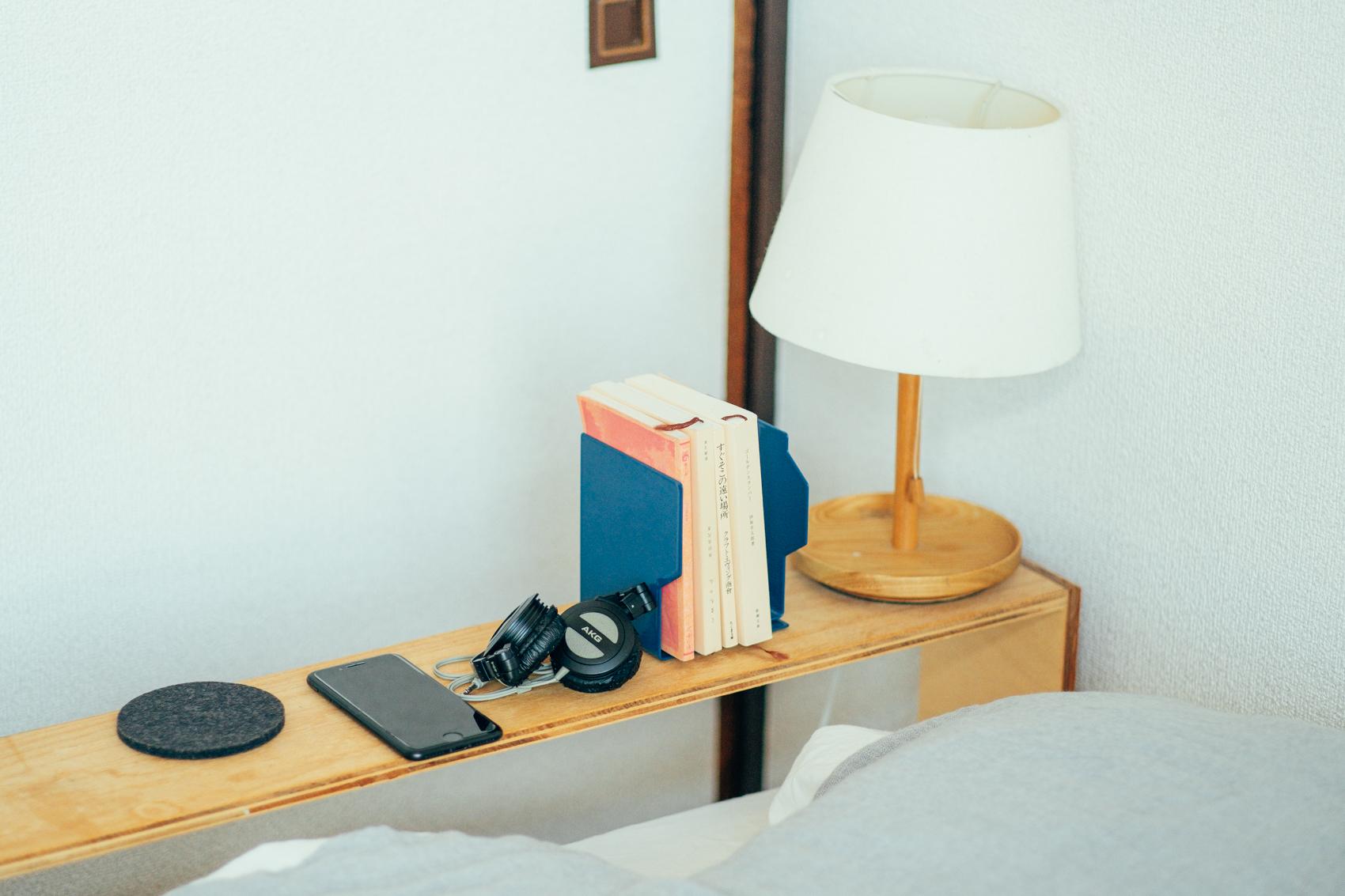 自身で作られている分、インテリアや生活に合わせ、照明や読みかけの本を置くのにもぴったりな使い勝手の良いテーブルになっています。