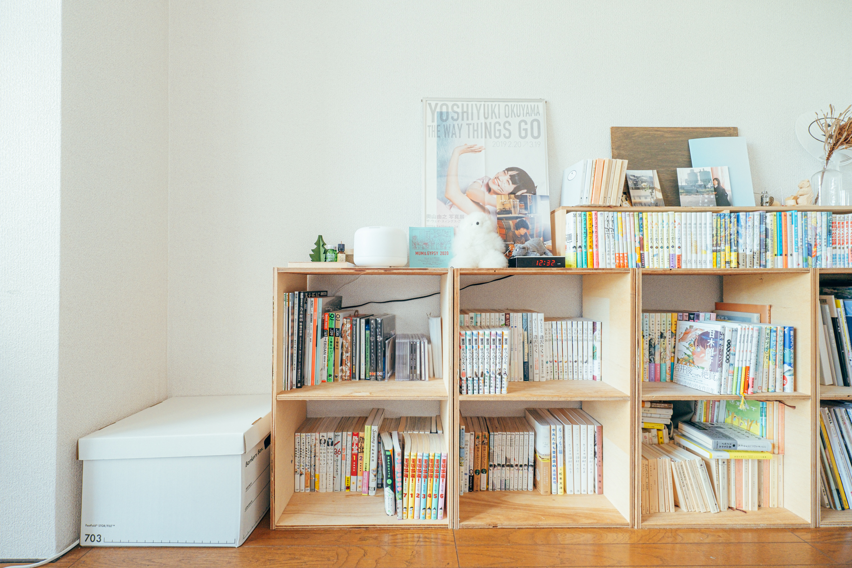 そんな中で、近くのホームセンターを見つけて、何かインテリアをと木材を購入。DIYについてはYouTubeを見ながら勉強されたのだとか。 「収納スペースもたくさんあったので、お気に入りの本をすぐに読めて、収納できる本棚を作りました。」