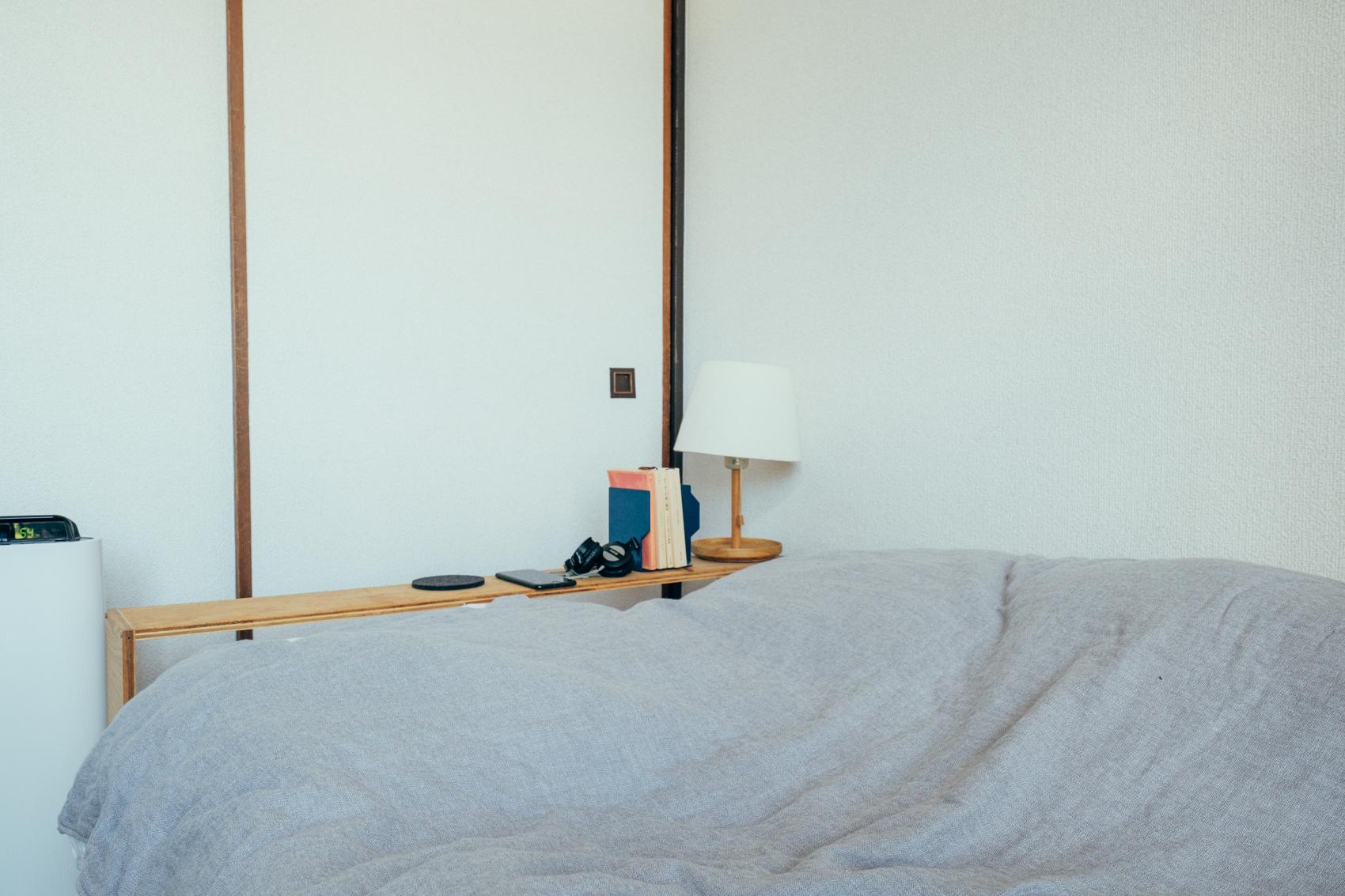 本棚に限らず、寝室のベッドサイドテーブルもDIYで作成されたもの。