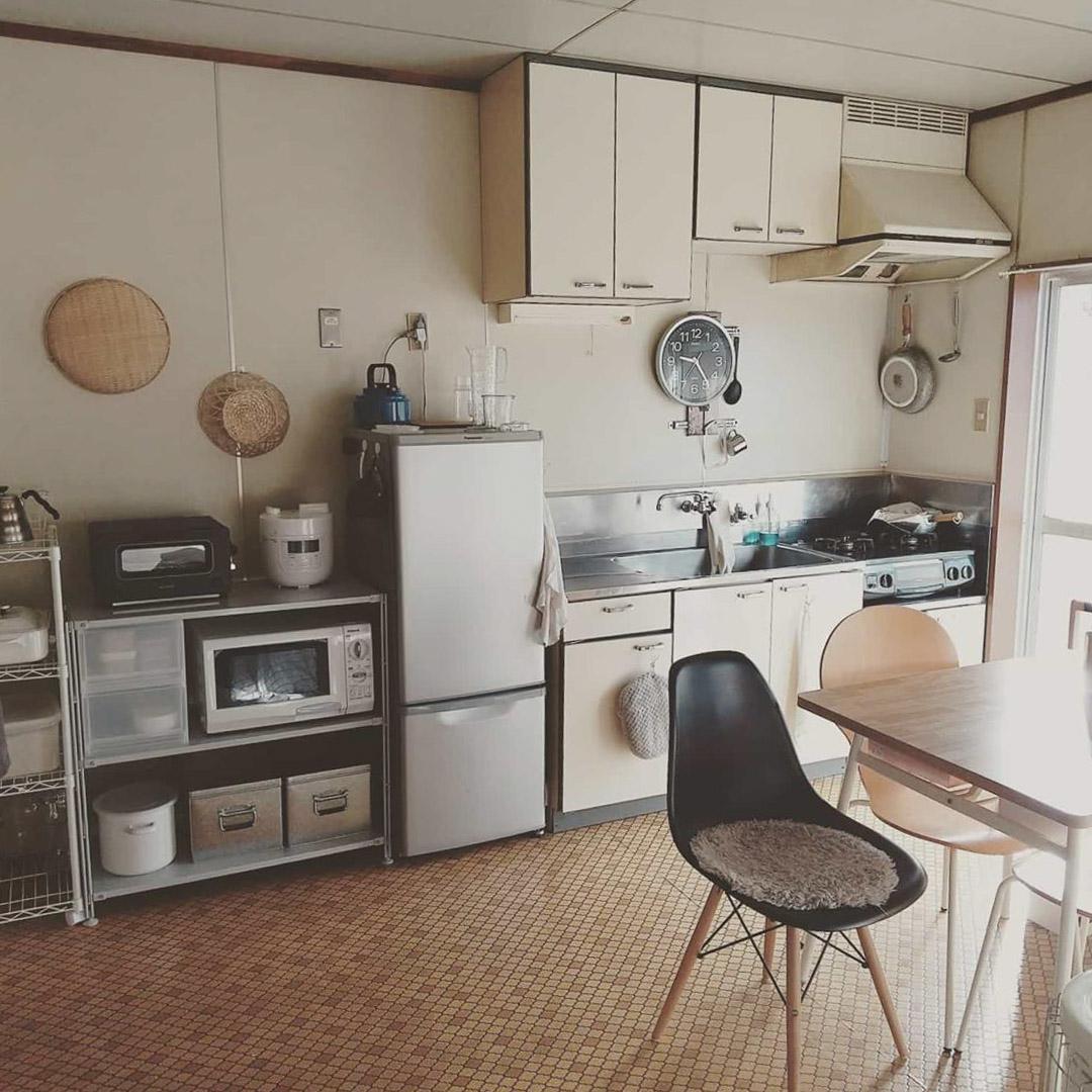 シンクの横には冷蔵庫、無印良品のスチールユニットシェルフを置いて家電をまとめて。背の高い棚は置かないことで、上に余白が生まれ、ダイニングやリビングから見えていても気持ちの良い空間に。