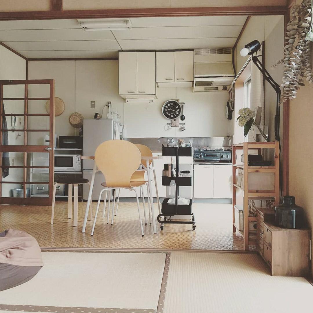 キッチンに続く1部屋は、襖を外してつなげ、広々としたLDKに。「畳だと、何も敷いていなくても寝っ転がれるのが、夏は特に気持ちよくていいですよ」