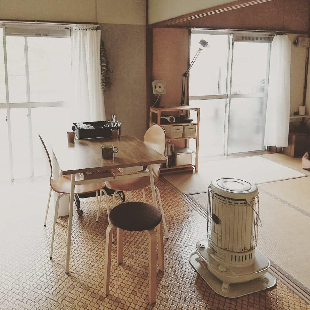 キッチンや廊下などの床はタイル風の模様。レトロで可愛いですね。