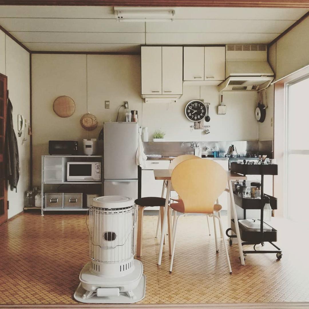 1日で最も長くいる場所は、キッチン。グレーと黒、白でまとめて、すっきり居心地よい空間になるよう心がけていらっしゃいます。