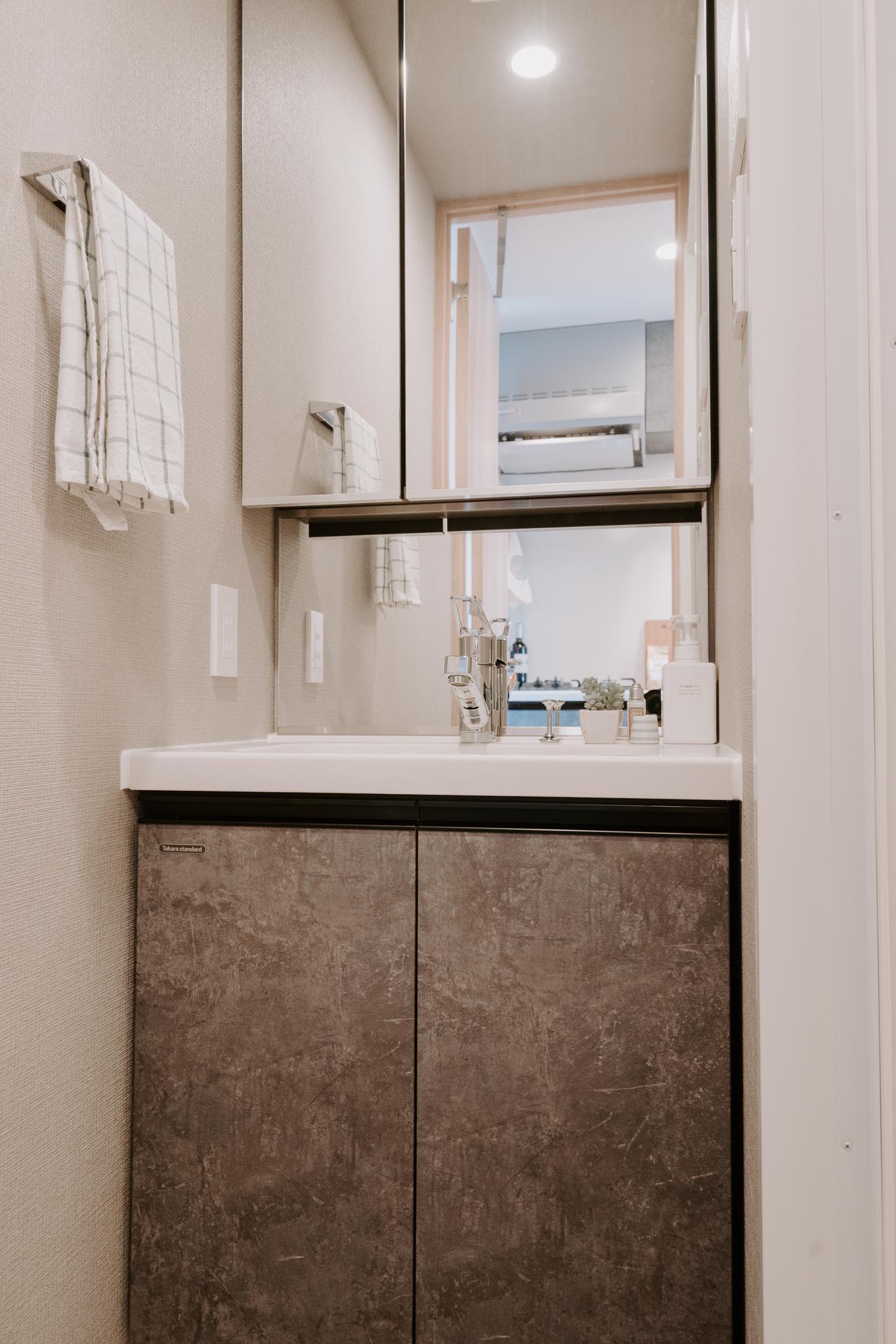 もちろん独立洗面台も完備。鏡が大きくていいですよね。
