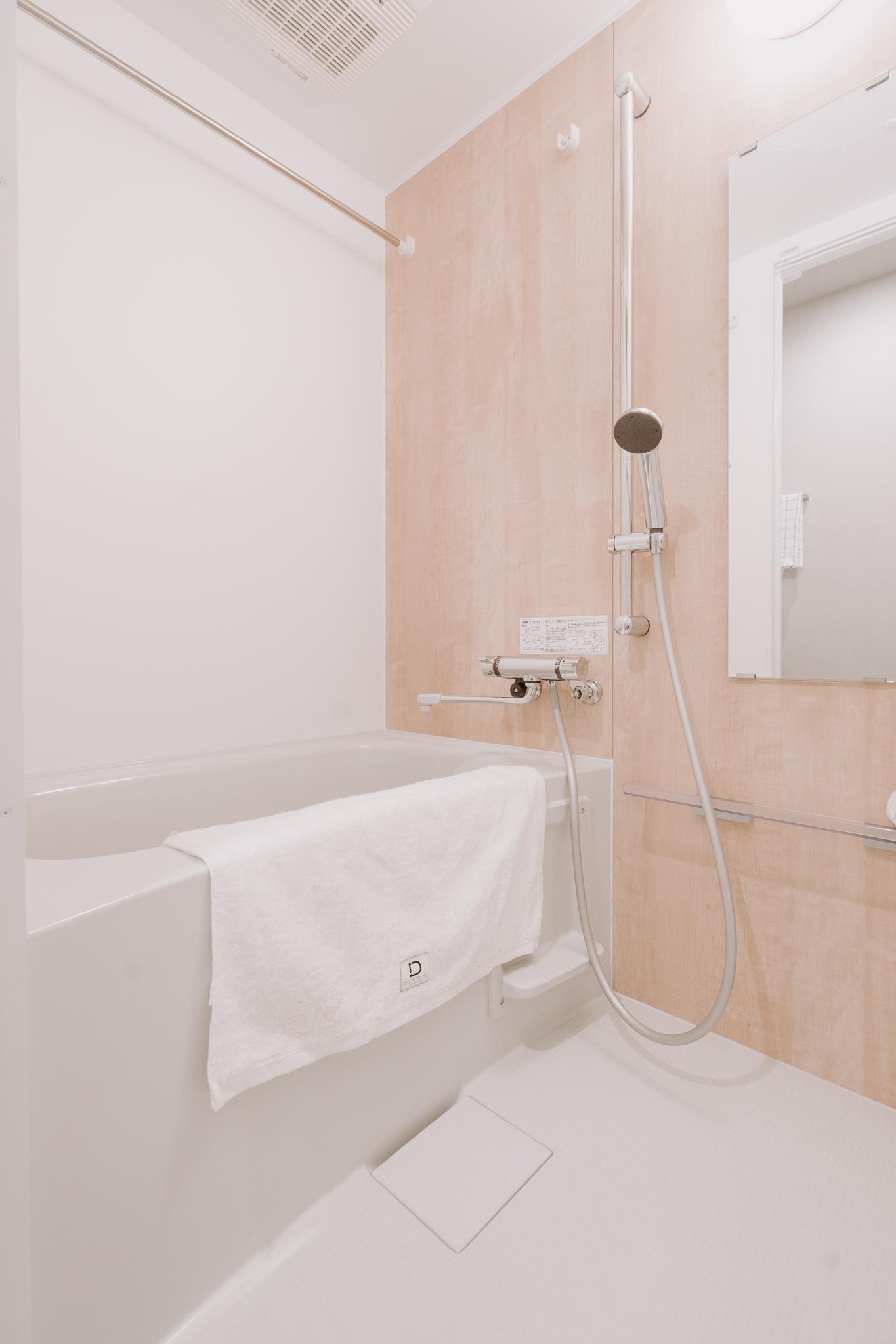 バスルームも木目調のクロスが貼られていて温かみがありました。浴室乾燥機もついているので、雨の日が続いた日でも、夜間でも洗濯物を干せるので安心ですね。