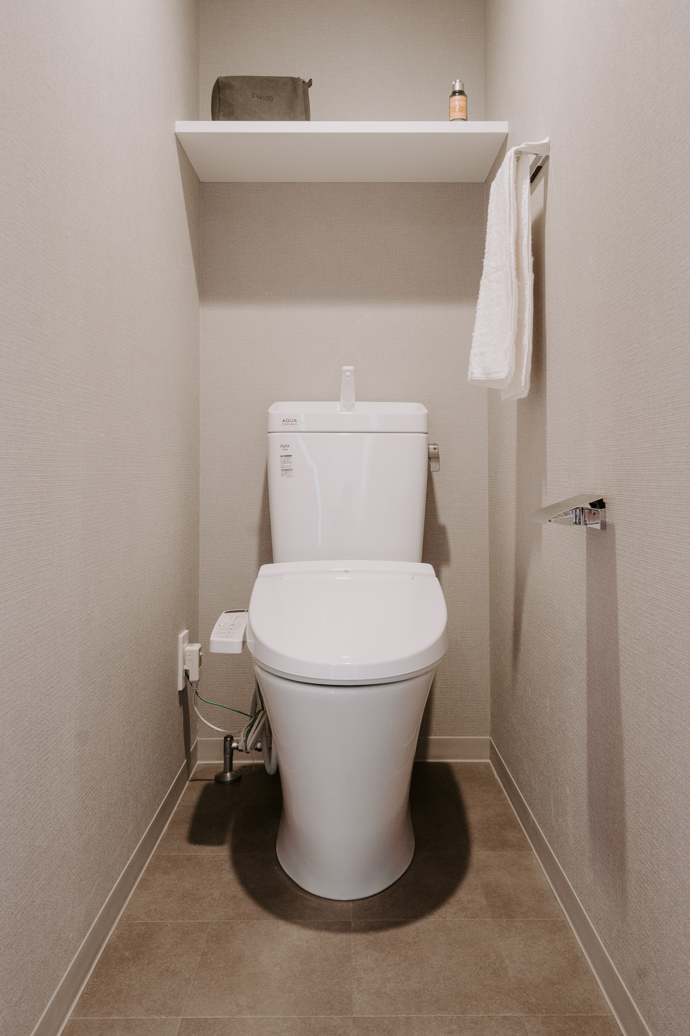トイレもシックなグレーのクロスやタイルが敷かれていて、まるでホテルのような高級感。