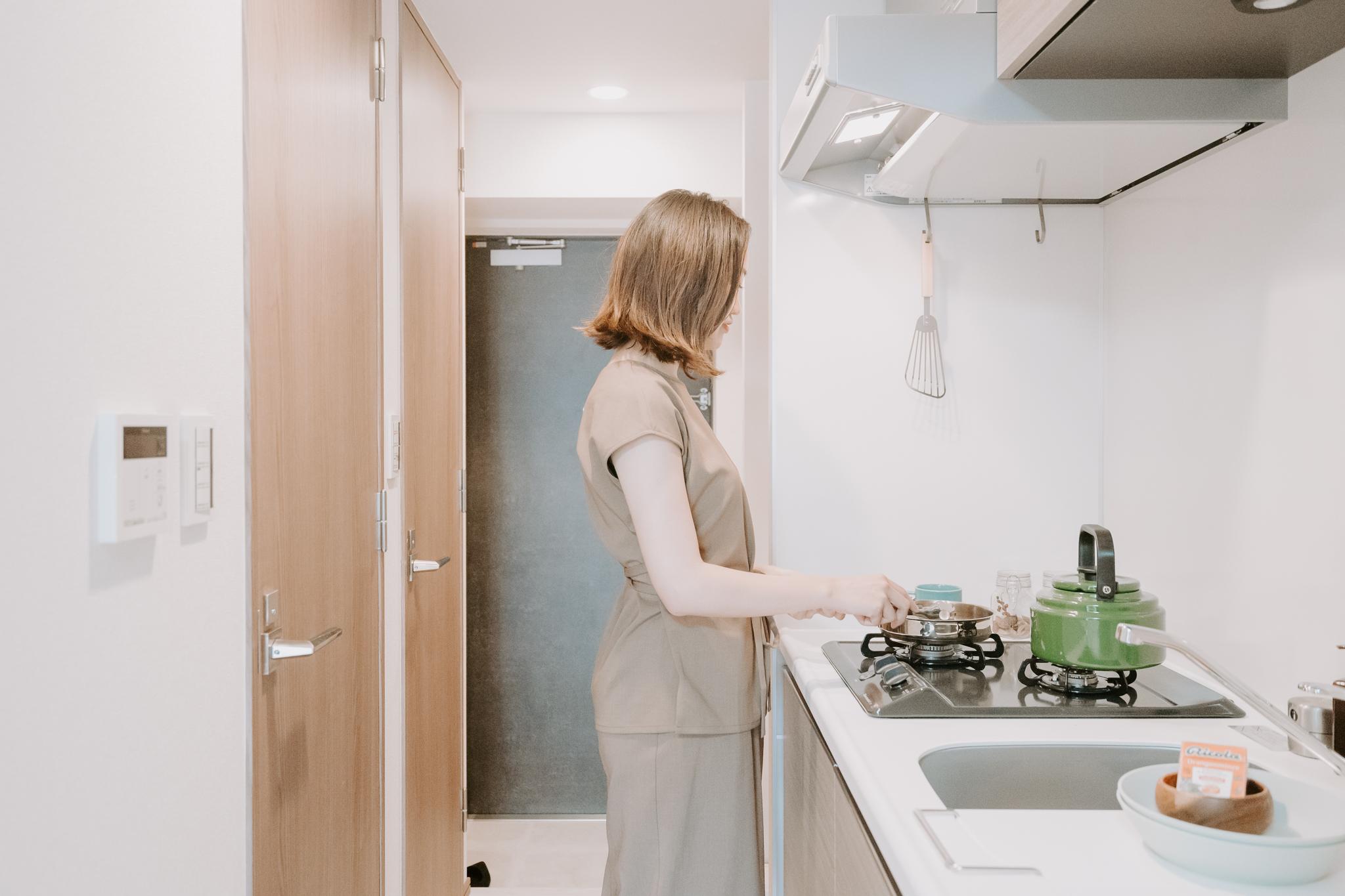 周辺のお店で買ってきたものを使いながら、ここ明るいキッチンで料理を楽しむ暮らしも想像できますね。