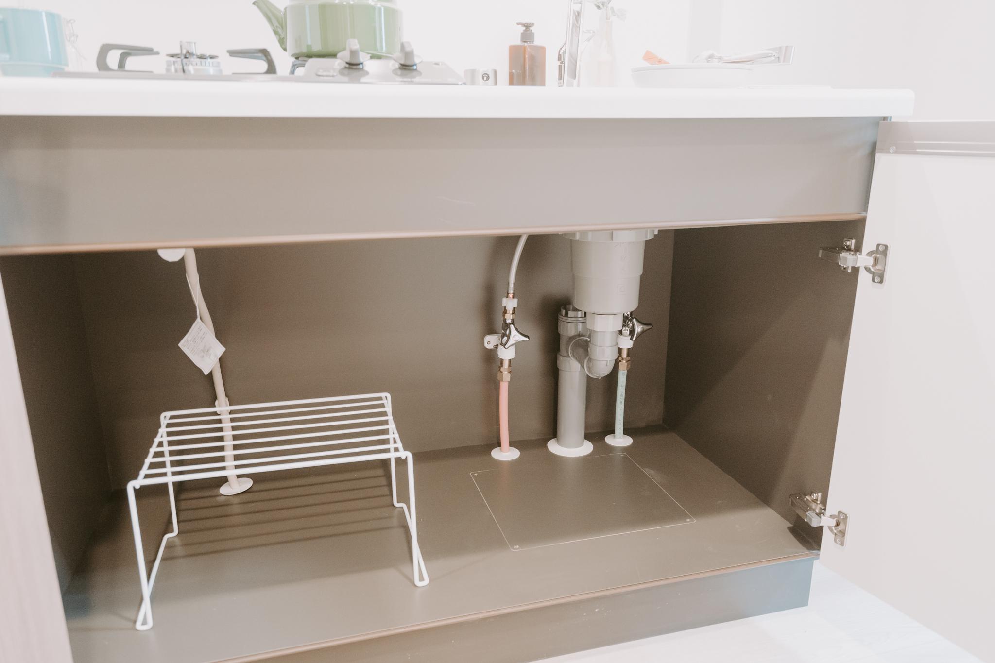 キッチン下の収納スペースもかなり広々。フライパンや食器など、一通りのものは入りそうです。