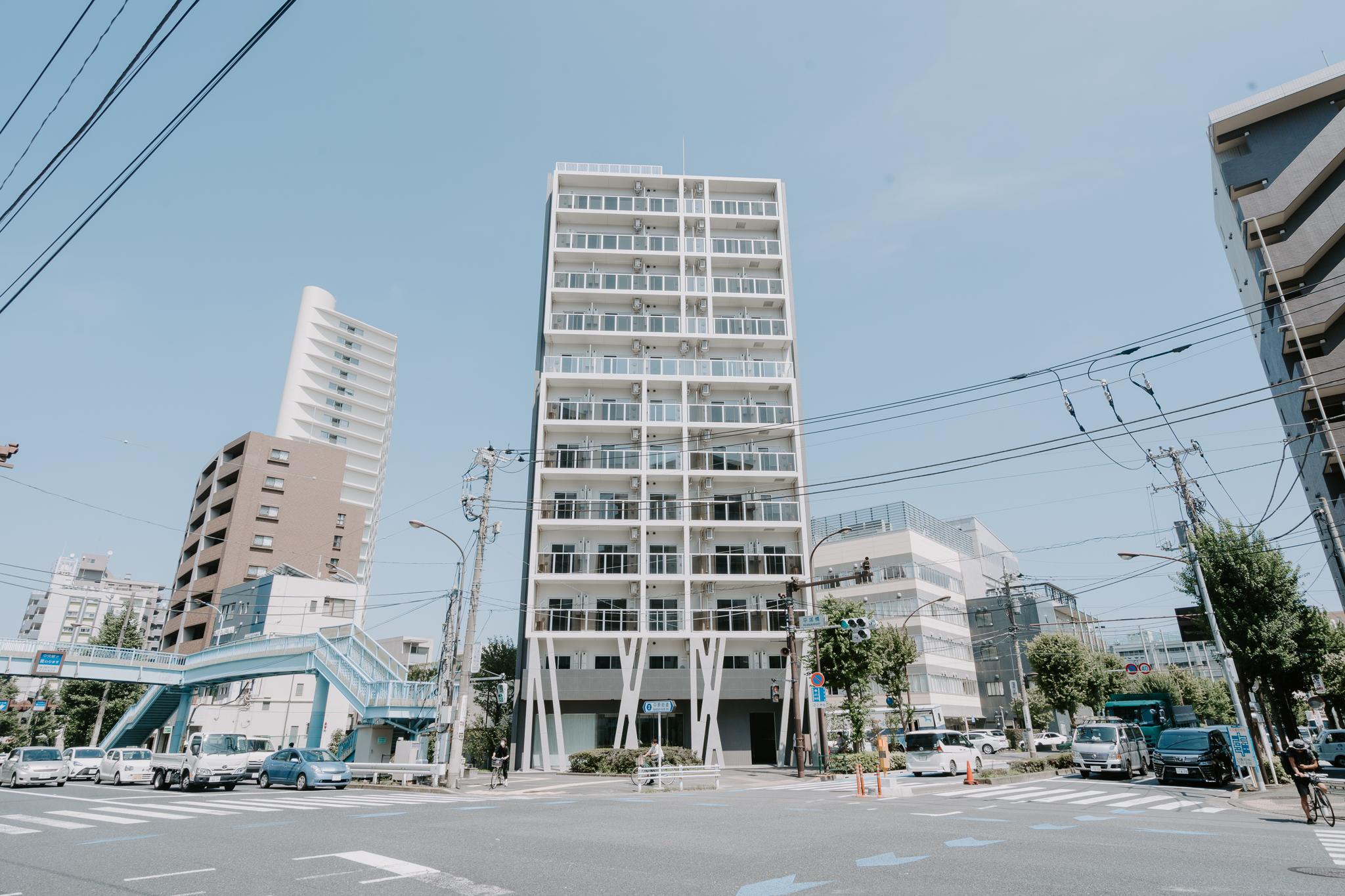 物件は中原街道沿いの交差点の角地にある、10階建ての新築マンション。スタイリッシュな外観ですね。