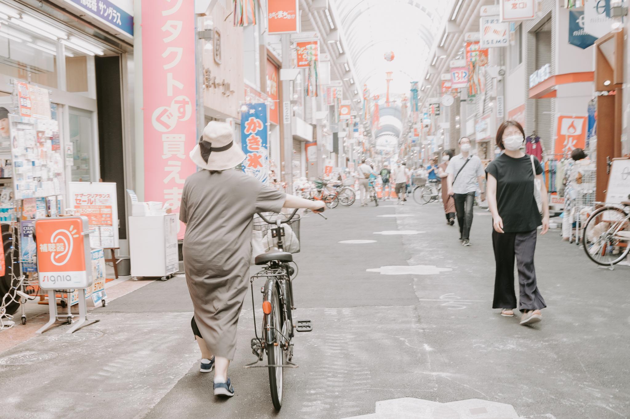 自転車を押して歩く人ばかり。皆さんルールを守って利用しています。