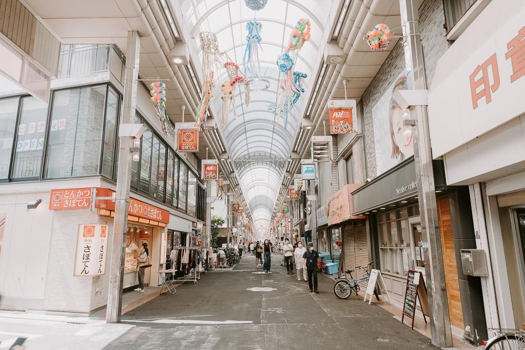 商店街の中を歩いていれば駅から10分の道のりを感じさせないほど。
