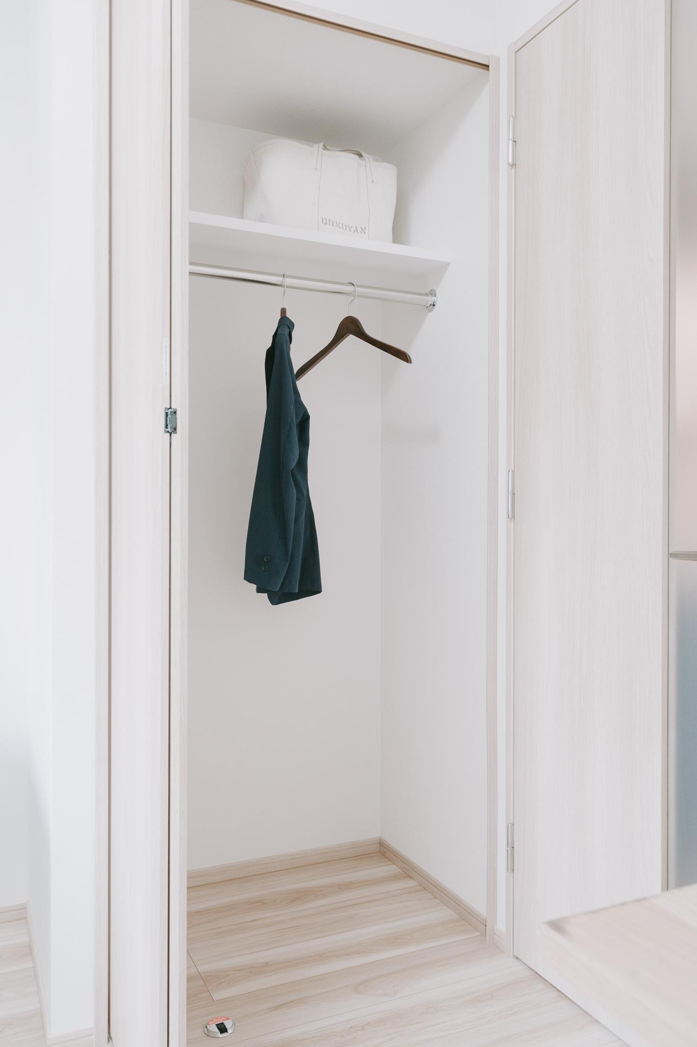 クローゼットはややコンパクトながら、奥行きがあります。そのため下段に引き出し、ポールには洋服をかけ、普段使わないものは上段にしまえば、一人暮らしでは十分な広さがあります。