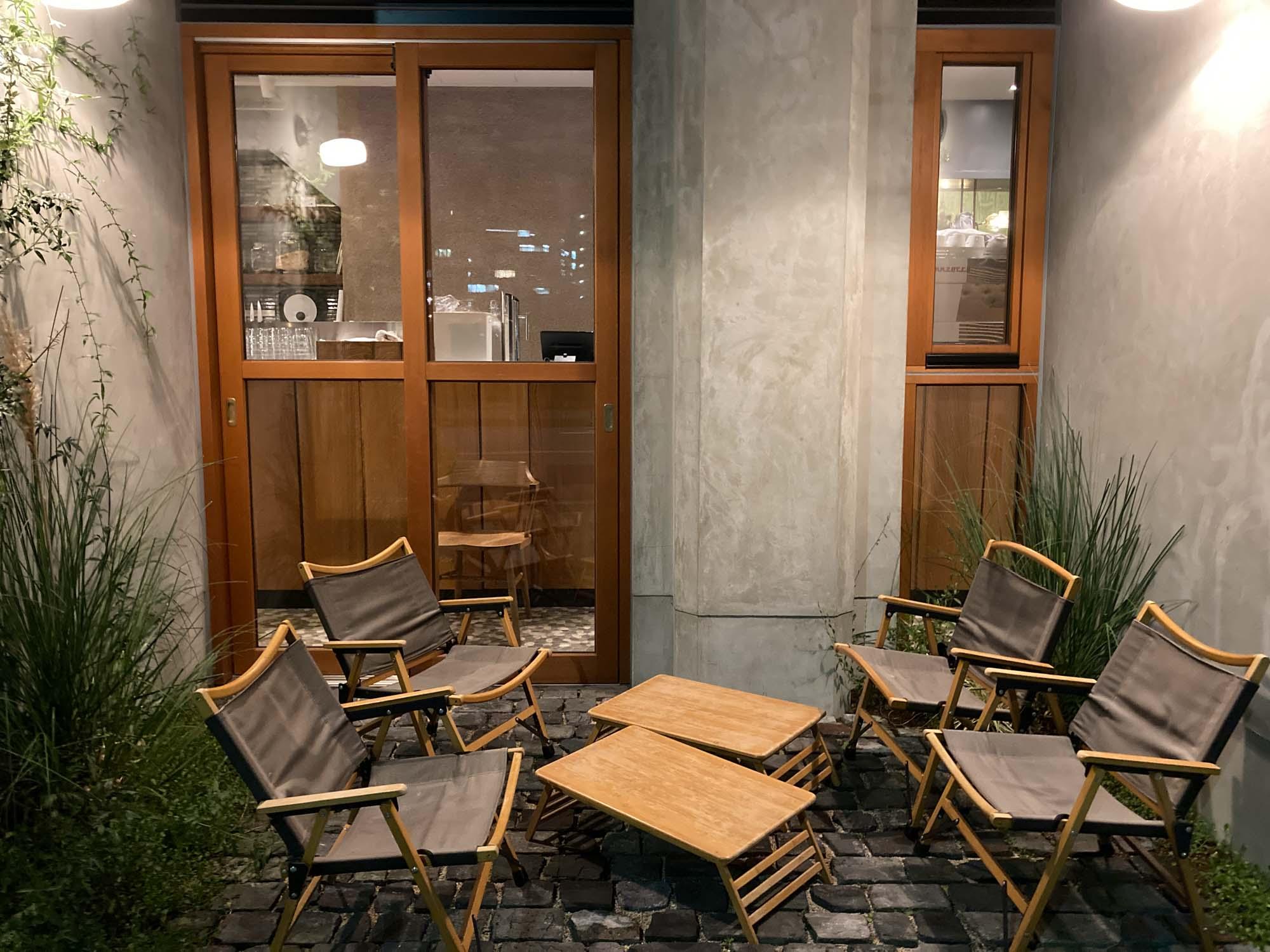 お、屋外の席もありました。自宅にこんなカフェラウンジがある生活なんて、贅沢だなぁ。
