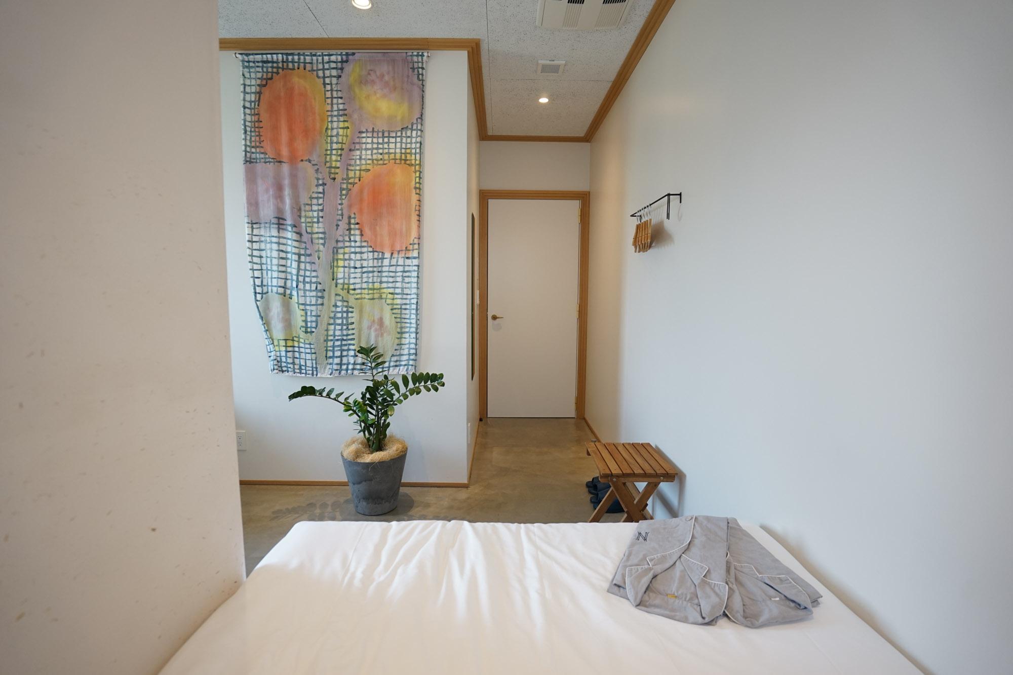 ベッド側からの景色はこちら。壁にかけられたクロスなど、インテリアもめいっぱい可愛くて、テンションが上がります。