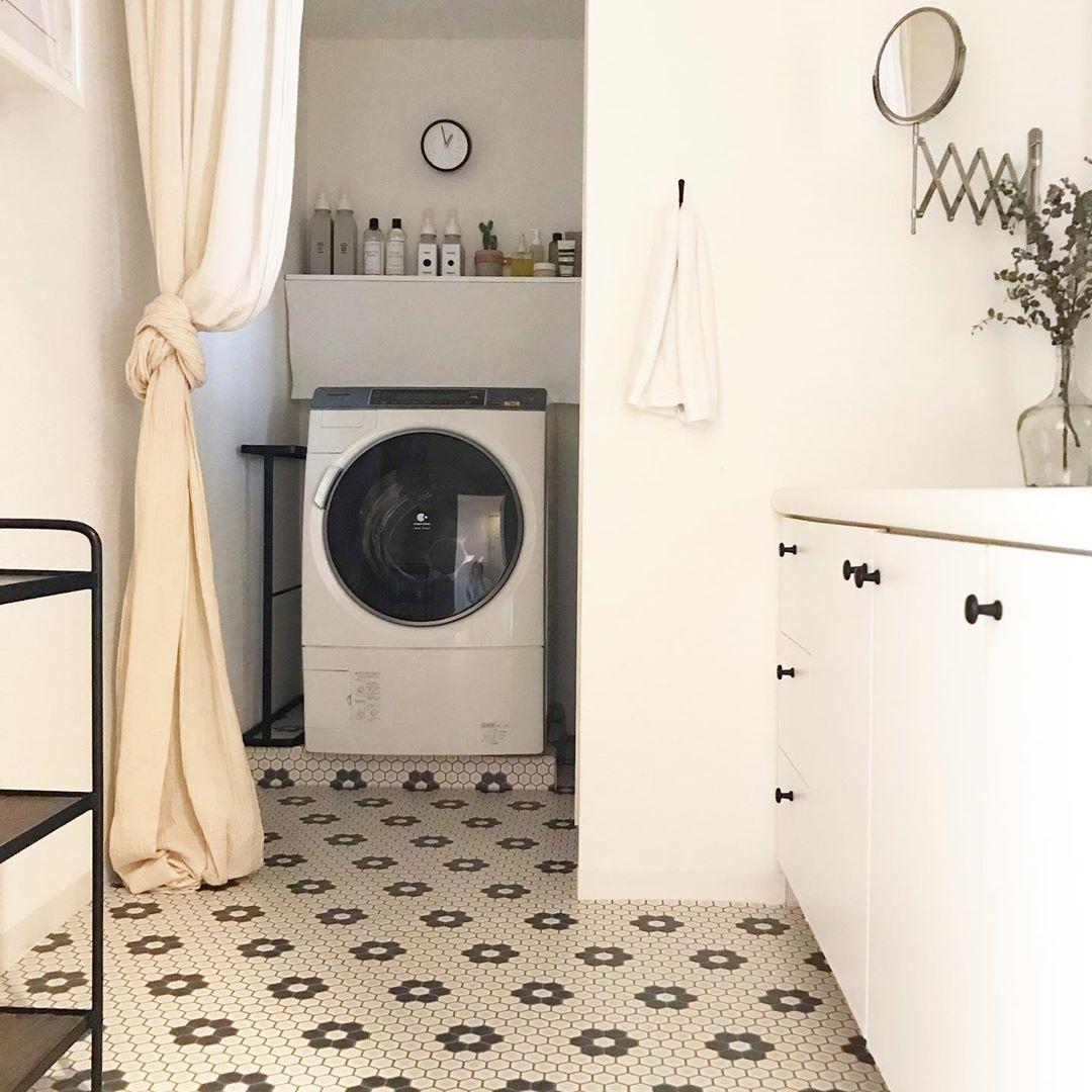 洗面所の床に、タイル風のフローリングシートを敷いてカスタマイズされたかわいらしい洗面所。洗濯機との境にがあることで、来客時にも生活感を隠すことができていいですね。(このお部屋をもっと見る)