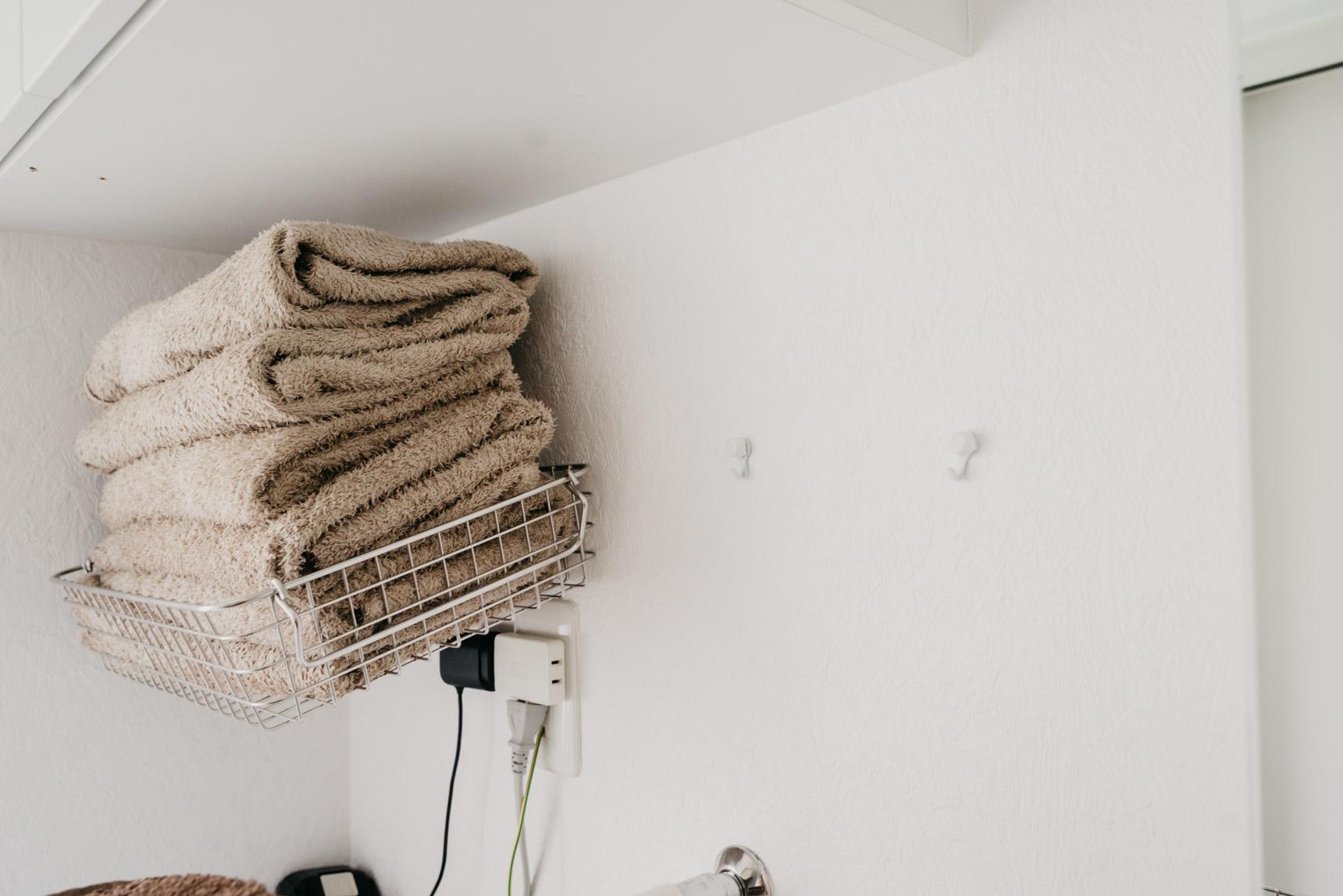 洗濯機の上のちょっとしたスペースには、賃貸OKのフックに無印良品のステンレスワイヤーバスケットを引っ掛けタオル置きに。取り出したい時にさっと使えるアイディアは真似できそうです。(このお部屋をもっと見る)