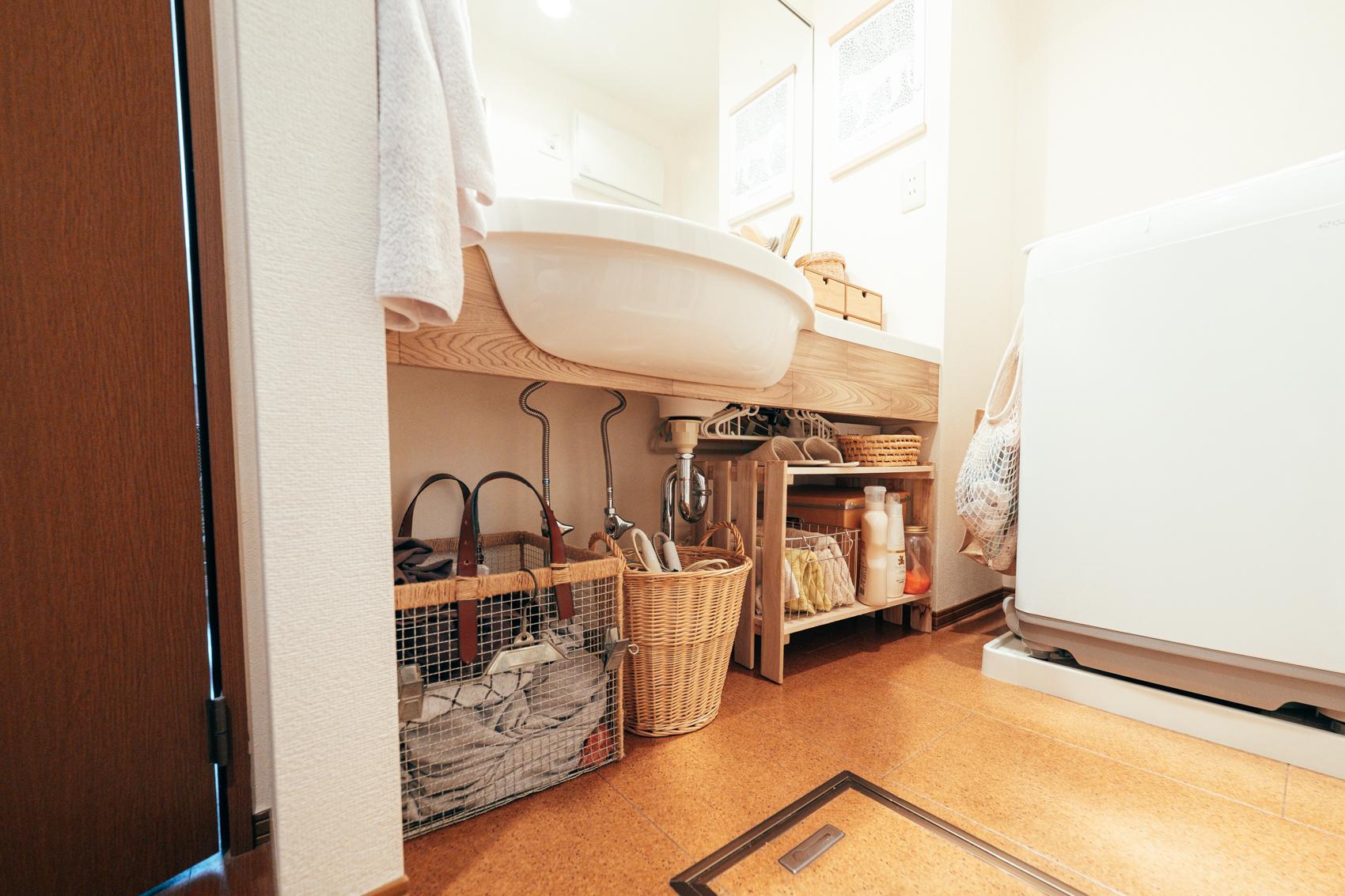 「洗面台の下に収納スペースがなくて不便!」と悩む方におすすめ。こんな風にカゴや木など素材を統一した入れ物を置けば、すっきりとナチュラルな印象に早変わり!(このお部屋をもっと見る)