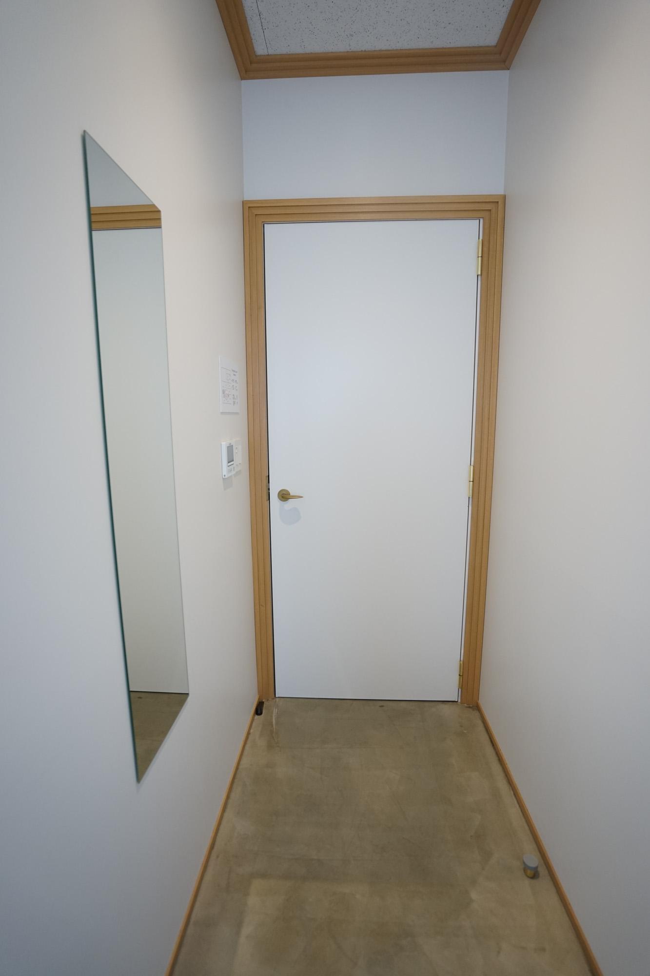 玄関部分には鏡もあって、スペースも余裕があるので、大きなスーツケースをおいても邪魔にはならなさそう。