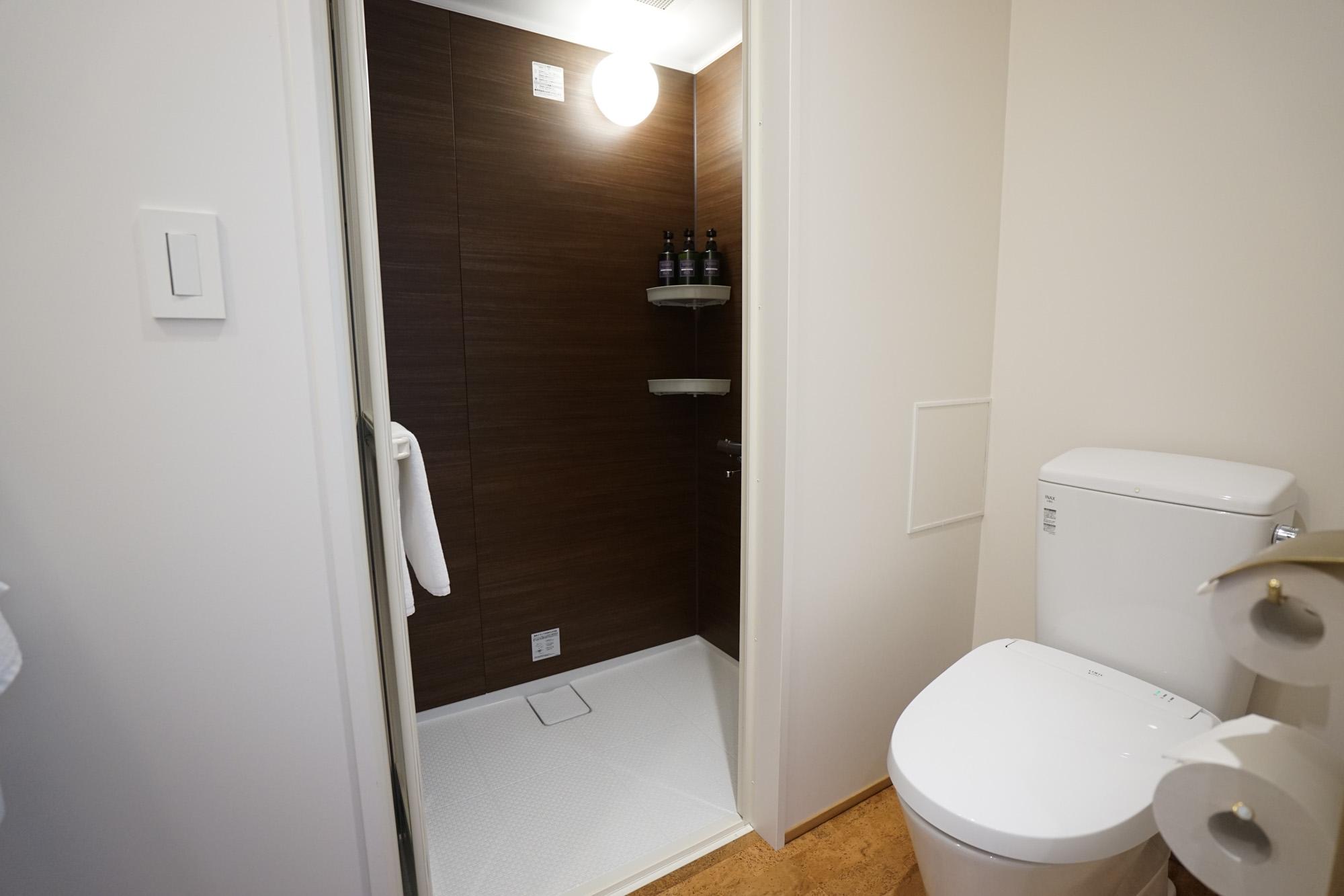 シャワーのみですが、トイレとしっかり空間を分けられるのは嬉しいです。トイレはウォシュレット完備。