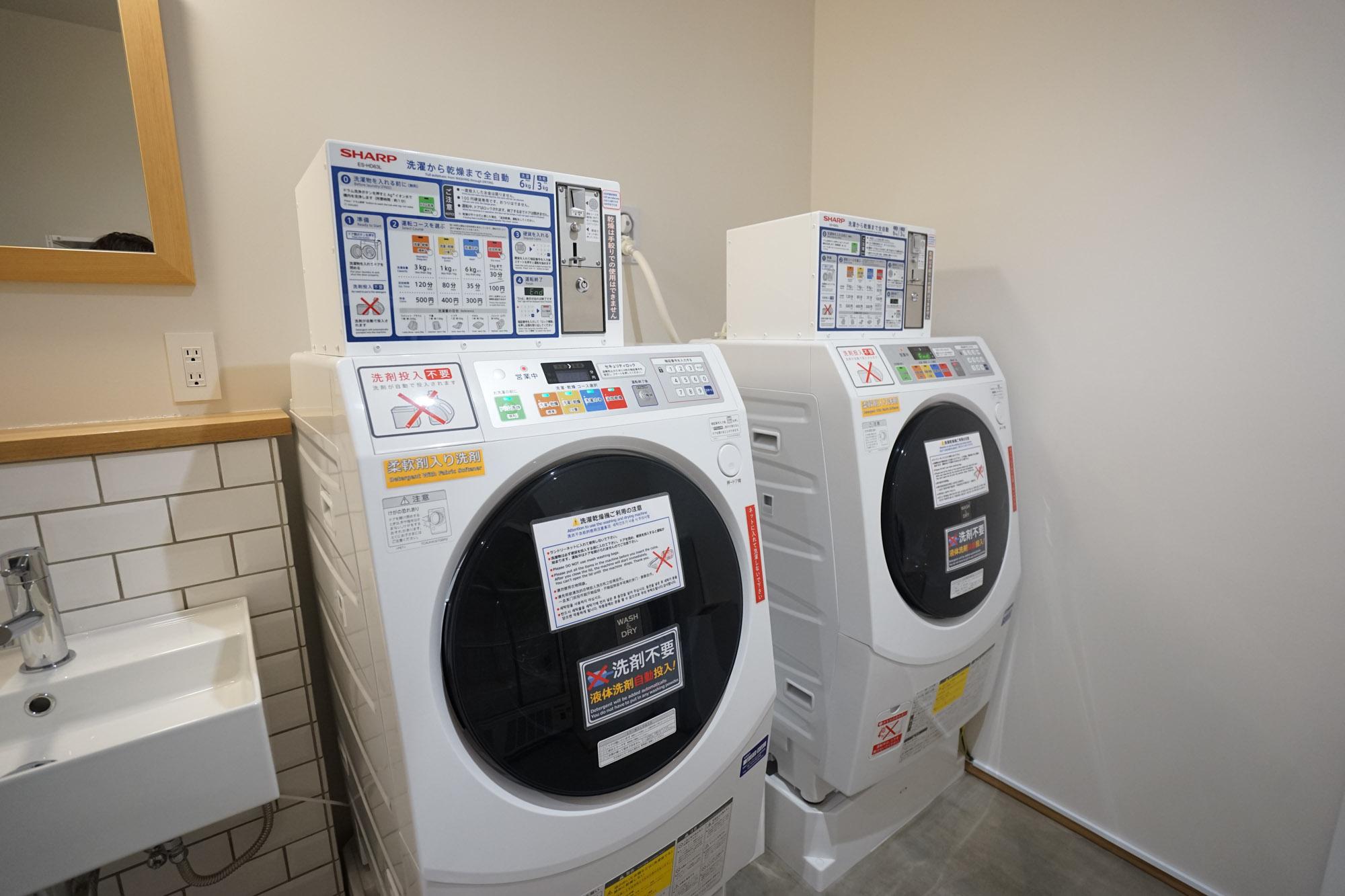 乾燥まで全自動タイプの洗濯機が2台。コインランドリーよりもお値段も安いのが助かります。