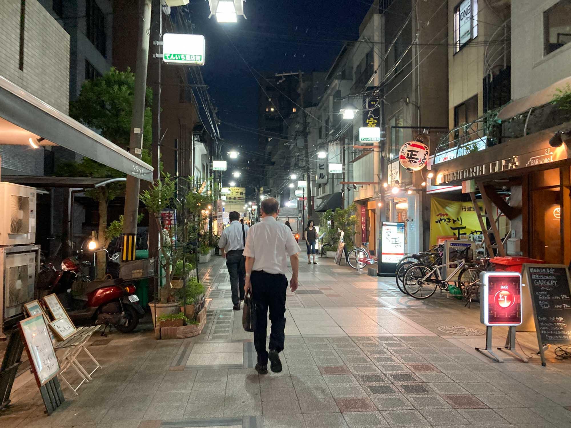 夜でも程よく人通りがあって、それでいてガヤガヤしていない。ほっとする商店街です。