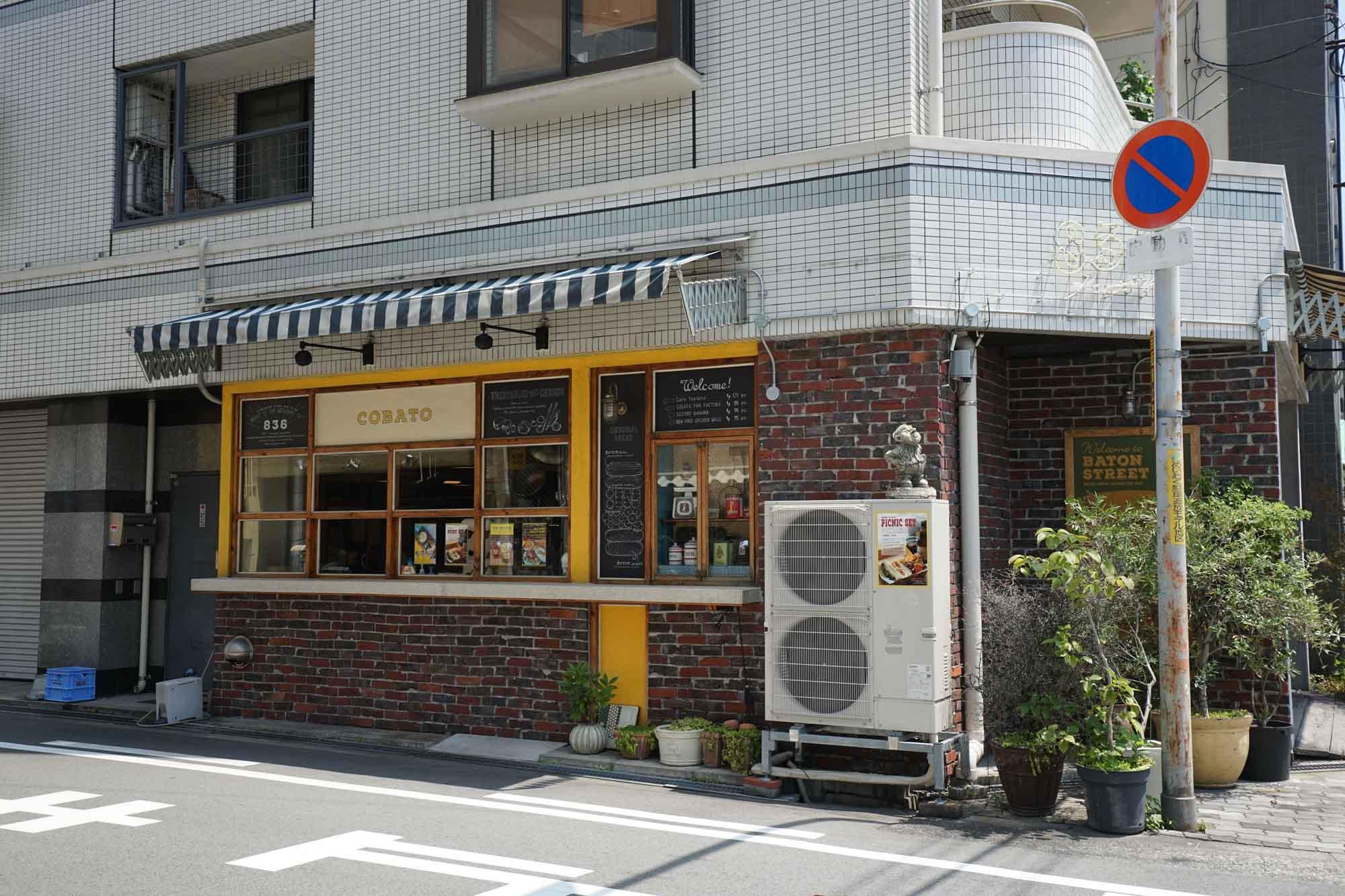 ホテルがある川沿いの通りには、おしゃれなカフェやバーが集まっていました。